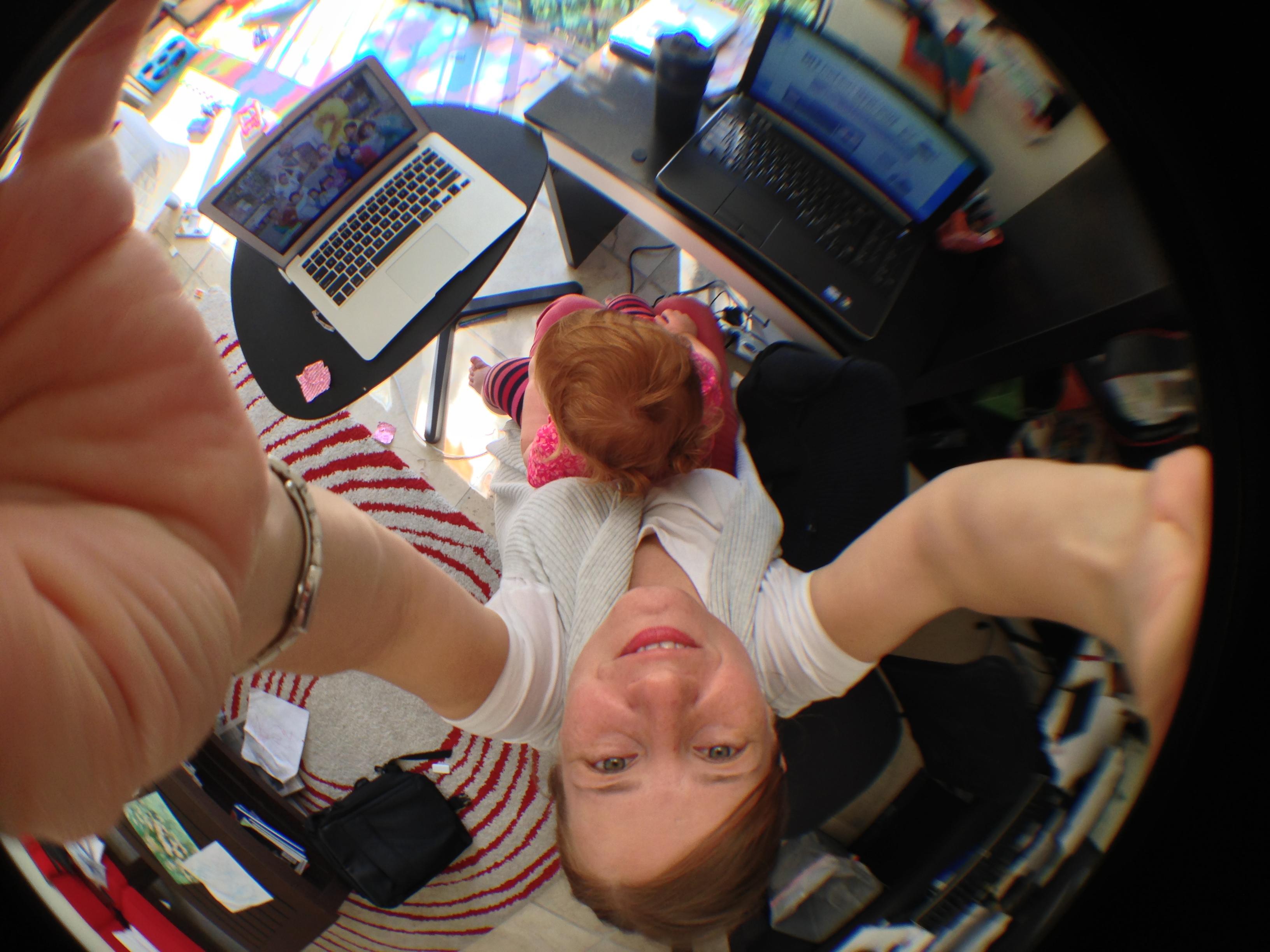 Con Cristina en la improvisada oficina de casa.